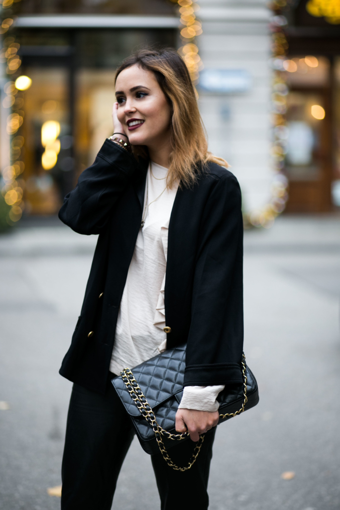 Blazer: Chanel, Hose: Patricia Dini, Schuhe: Ecco, Mantel: Edited the Label, Bluse: H&M, Lippenstift: Models Own, Handtasche: Chanel