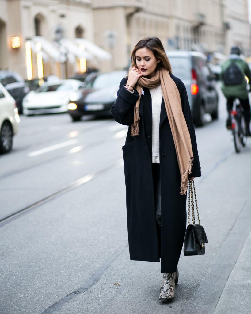 Python Print Boots, schwarzen Chanel Tasche, überlangen Mantel, beigen Rüschenbluse, normalen schwarzen Lederhose