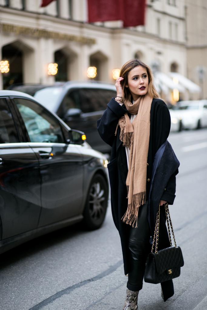 Mantel: Edited the Label, Bluse: H&M, Lippenstift: Models Own, Handtasche: Chanel, Blazer: Chanel, Hose: Patricia Dini, Schuhe: Ecco