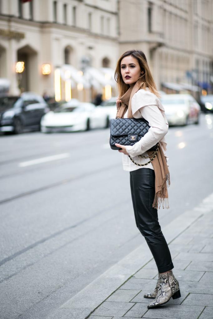 Bluse: H&M, Lippenstift: Models Own, Handtasche: Chanel, Blazer: Chanel, Hose: Patricia Dini, Schuhe: Ecco
