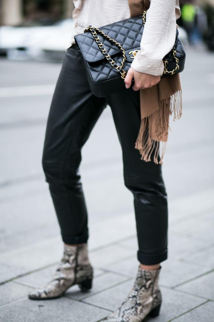 Handtasche: Chanel, Hose: Patricia Dini, Schuhe: Ecco
