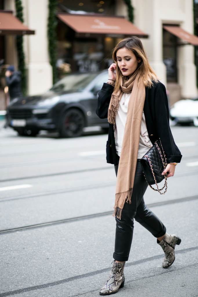 Schuhe: Ecco, Mantel: Edited the Label, Bluse: H&M, Lippenstift: Models Own, Handtasche: Chanel, Blazer: Chanel, Hose: Patricia Dini