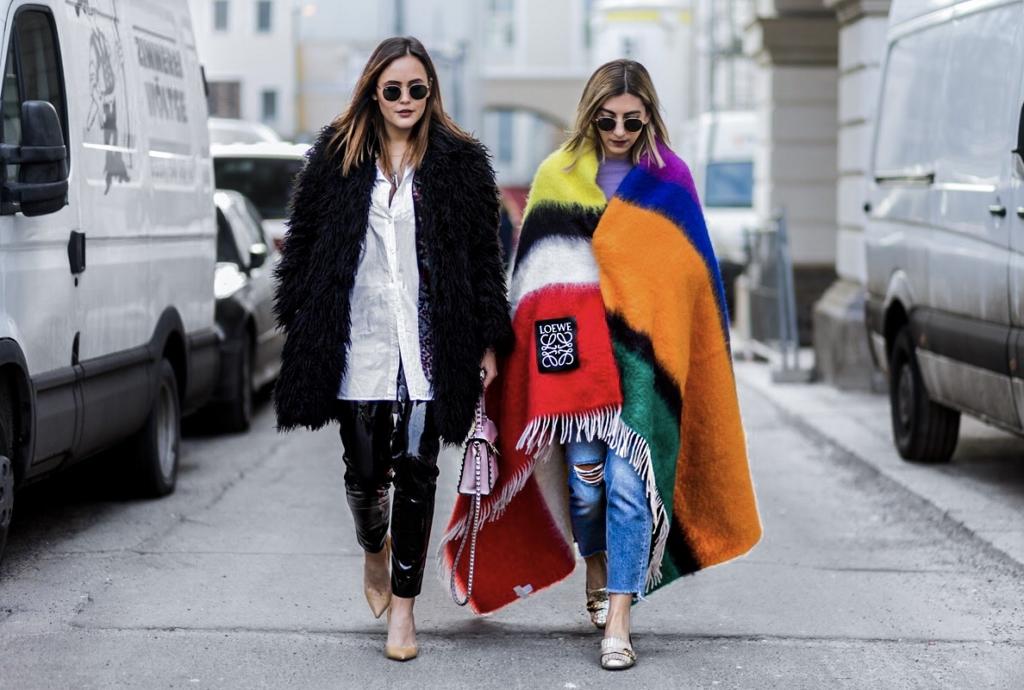 Designdschungel_Aylin_Koenig_DBMS_Streetstyle - schwarzer Plüschjacke, Lederhose, weiße Bluse, Pumps