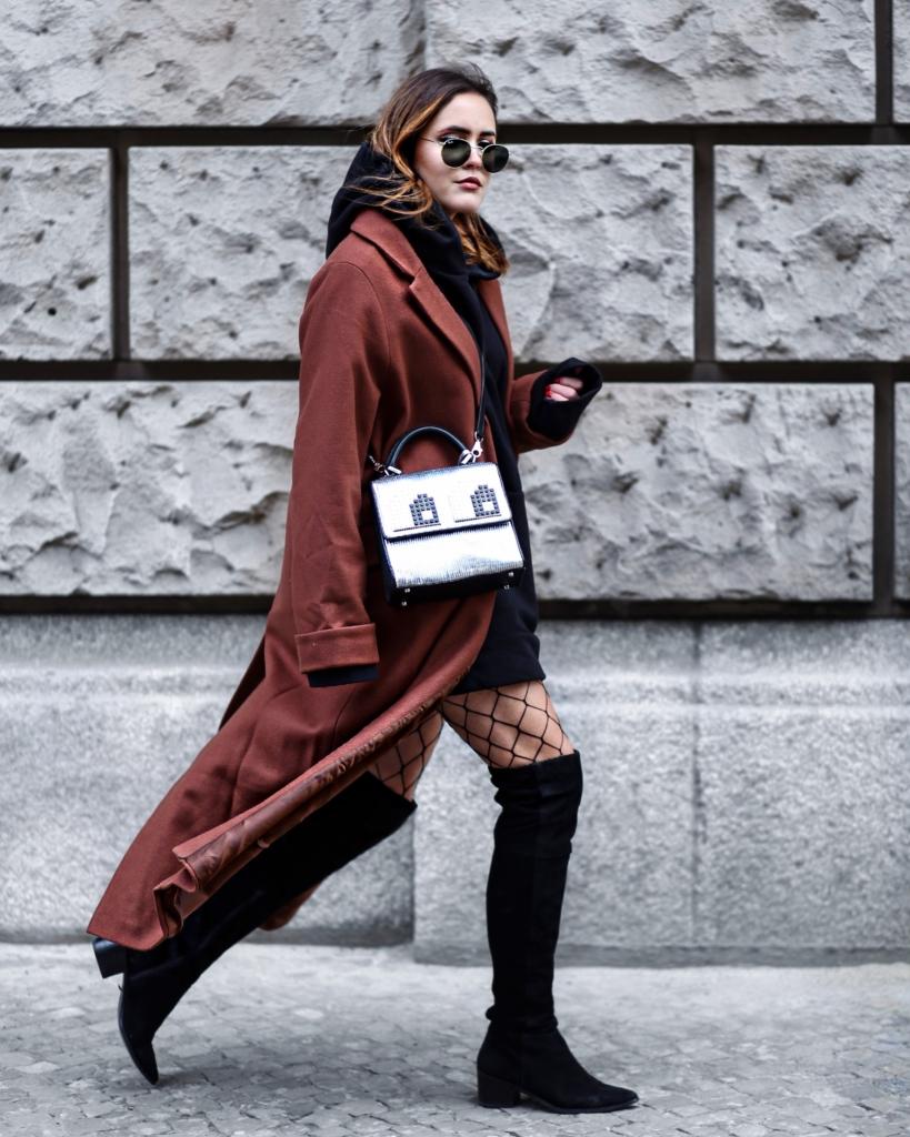 Streetstyle - langer rostfarbener Mantel, Netzstrumpfhose, Overkneestiefel, Sonnenbrille, Tasche