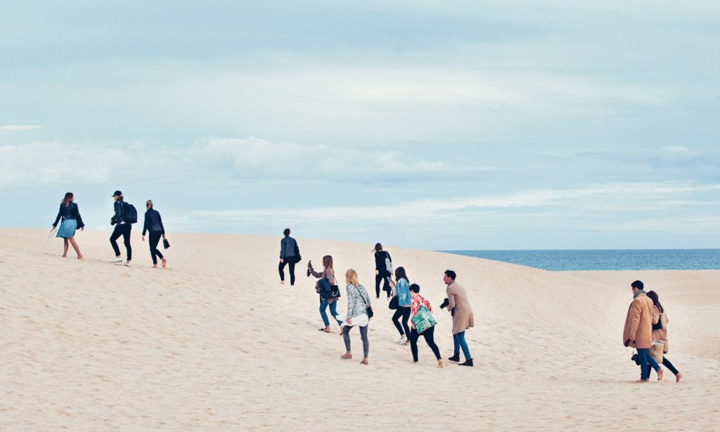 Menschenwanderung am Strand
