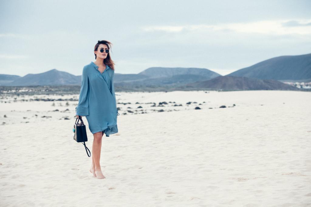 fa pure event auf fuerteventura - blaues Kleid, Sonnenbrille, Strand