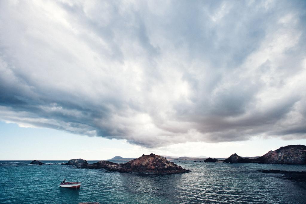 Meer, Felsen, Wolken