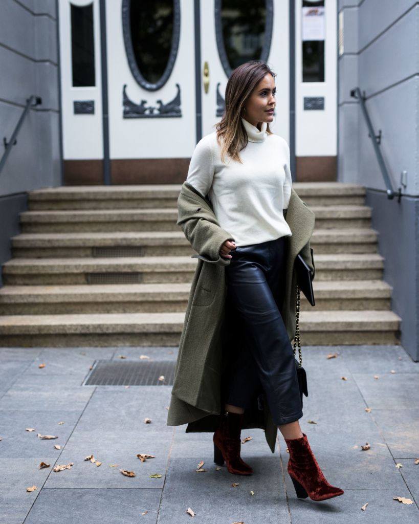 Leatherpants: Edited, Cashmere Knit: Uniqlo, Coat: Edited, Shoes: Zara