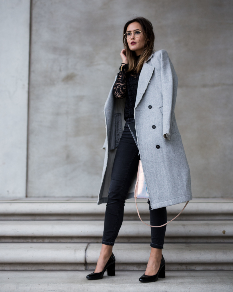 Cusaulchic - grauer Mantel, Spitzenoberteil, Jeans, Pumps, Tasche, Brille