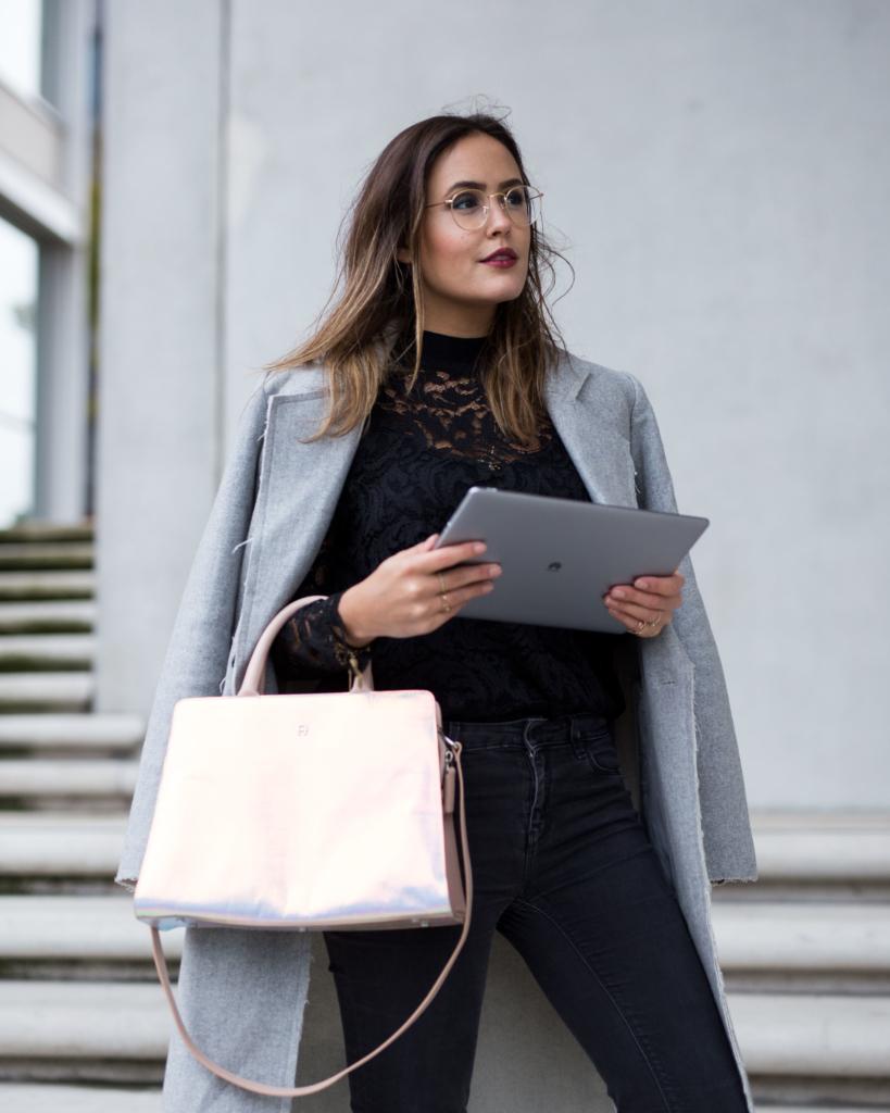 Huawei MateBook, Tablet, Notebook, Hafencity, Sarenza Pumps, Aigner Bag, Ray Ban Round Metal, Long Coat grau, Spitzenshirt schwarz, Lackpumps, metallic Handtasche