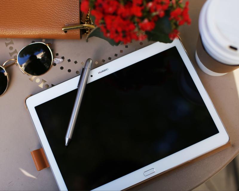 Huawei Media Pad M2 Huawei Media Pad Pen Huawei Pen Ray Ban Round Metal gold Chloé Drew Crossbody Bag Coffee to go Kaffee