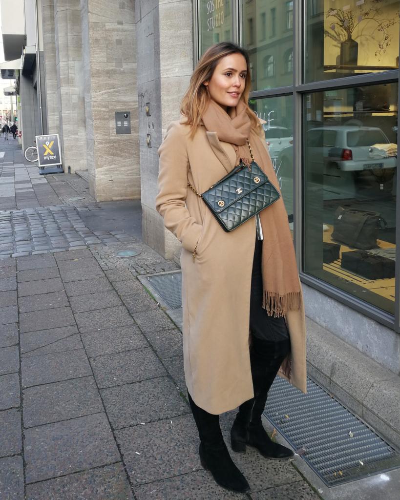 Indirektes Licht - beige Mantel + Schal, Tasche