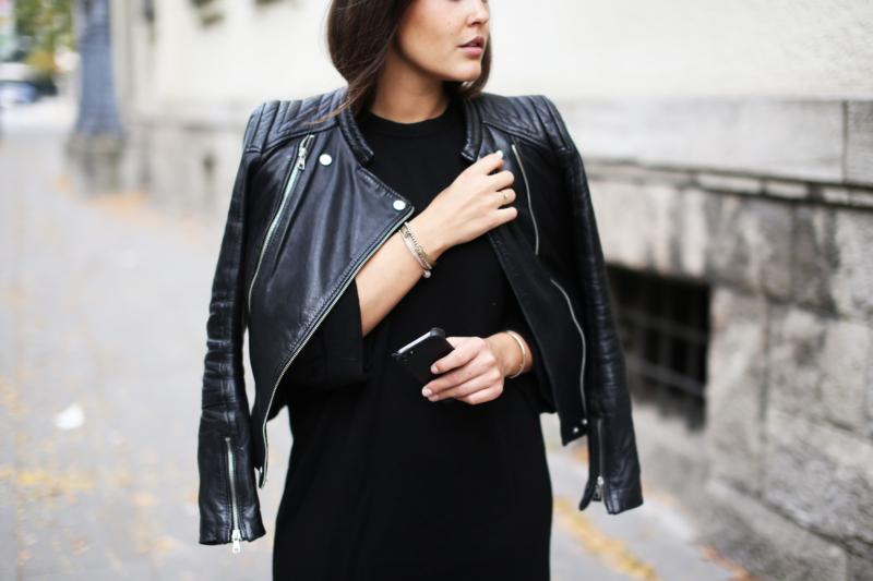 Herbstlook, All Black, Lederjacke, Ankle Boots, Python Boots, Strickkleid, Thomas Sabo Charm Bracelet, Accessoires