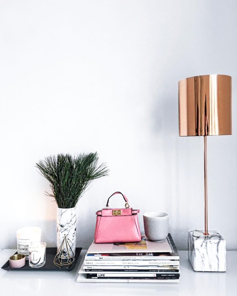 Dekoration - Kupferlampe, Zeitschriften, Pflanze, Kerzen, Handtasche