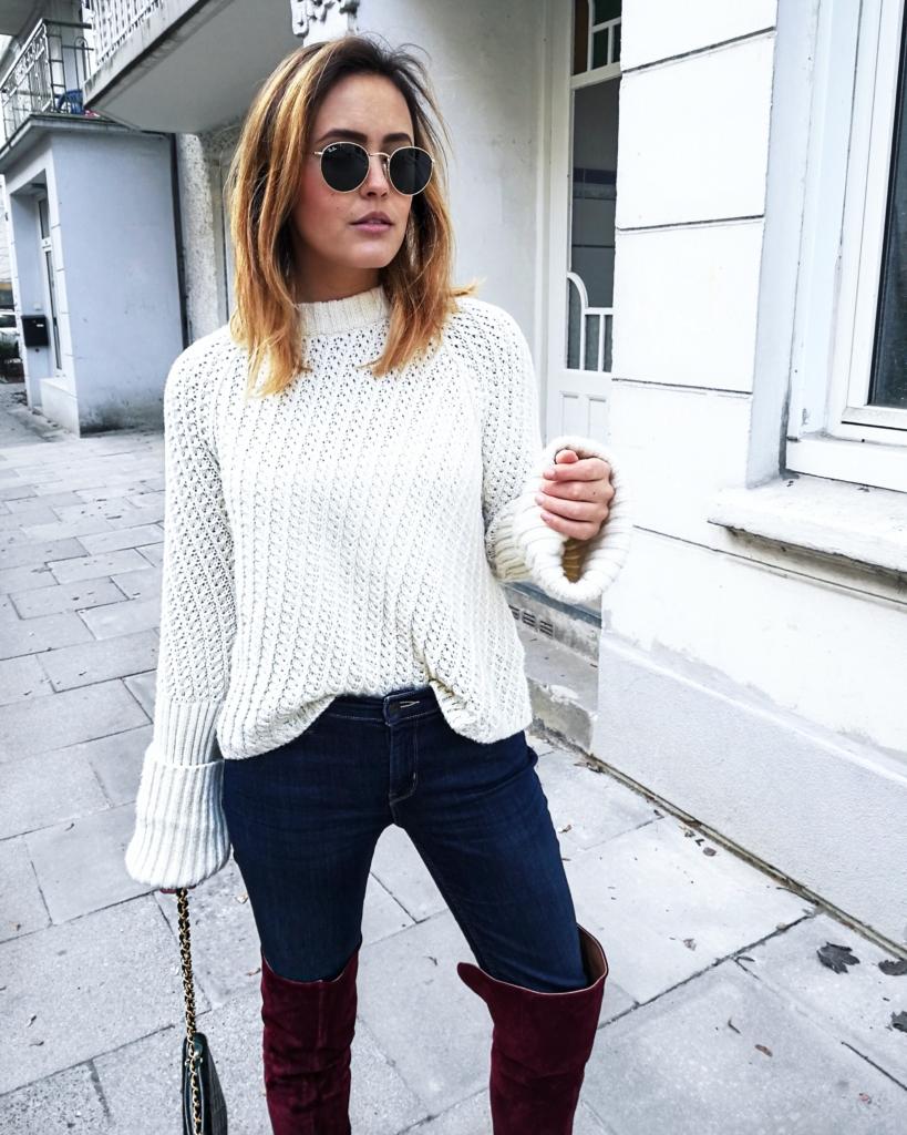 grober Strickpullover, Overknees, Jeans, Sonnenbrille
