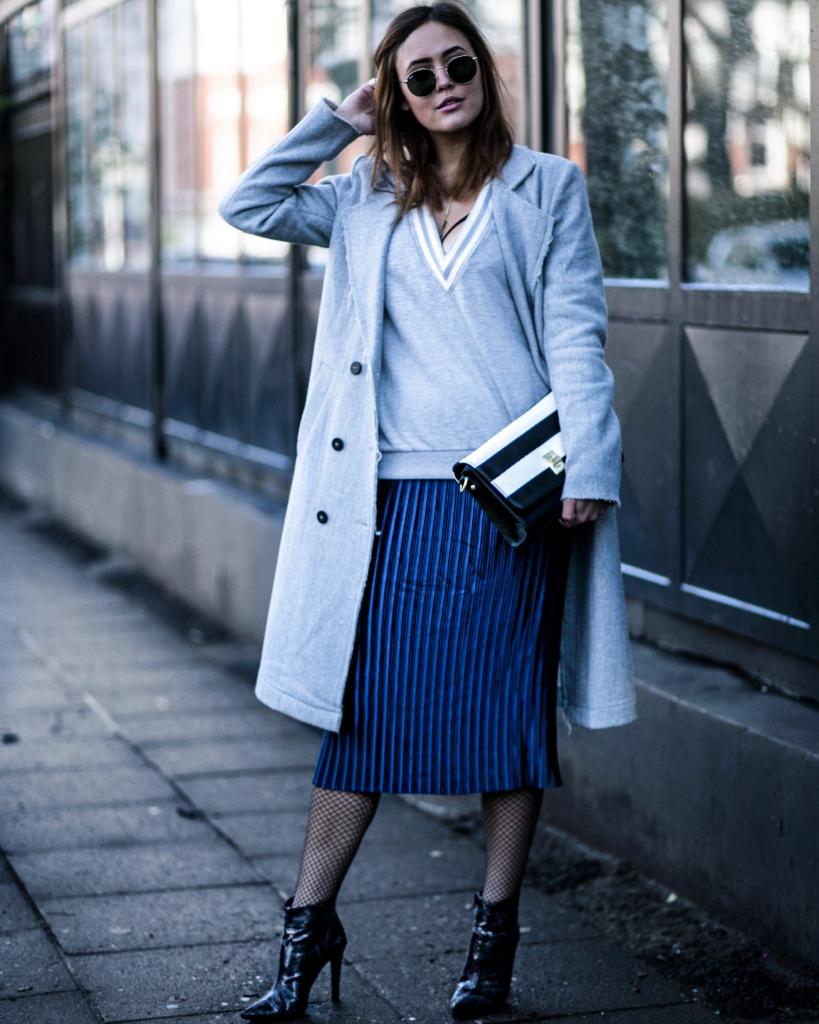 Streifenrock, Netzstrumpfhose, Stiefeletten,grauer Mantel + Pullover, Handtasche, Sonnenbrille