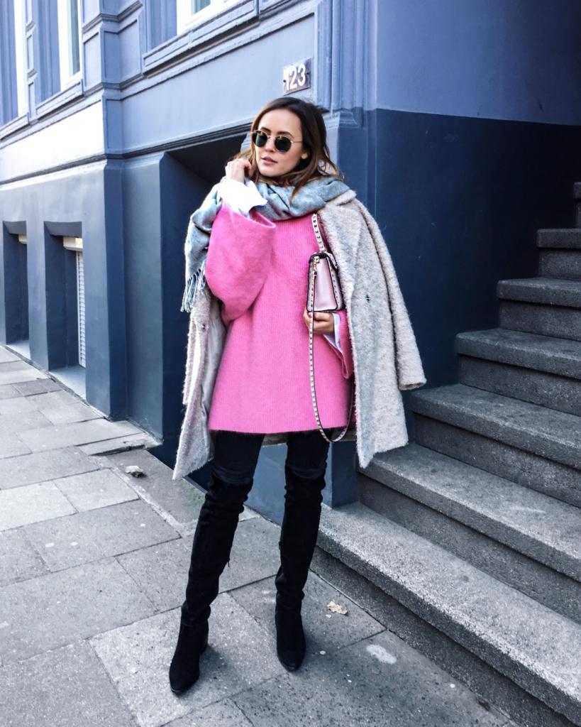 pinker Strickpullover, Overknees, Schal, Jacke, Sonnenbrille, Tasche