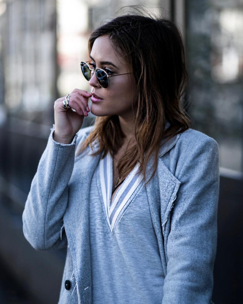 Sonnenbrille, Schmuck, grauer Mantel + Pullover