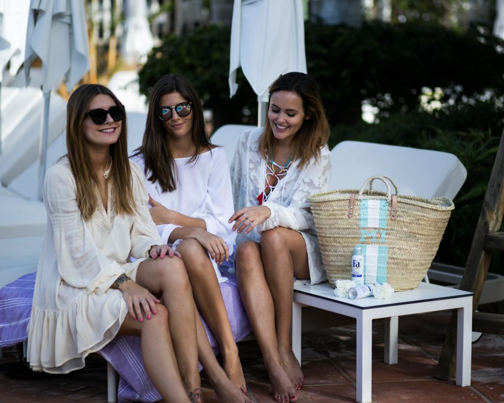Mädels mit Kleidern auf Liege