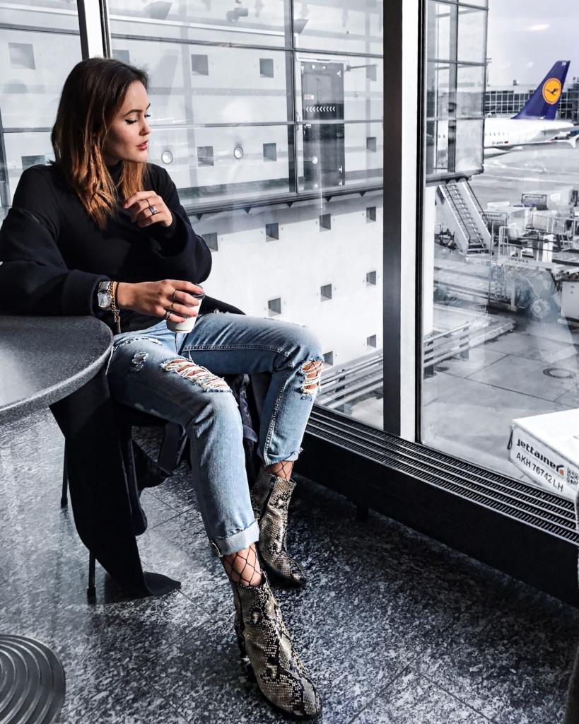 Flughafen Stimmung - Jeans, Netzstrumpfhose, Stiefel