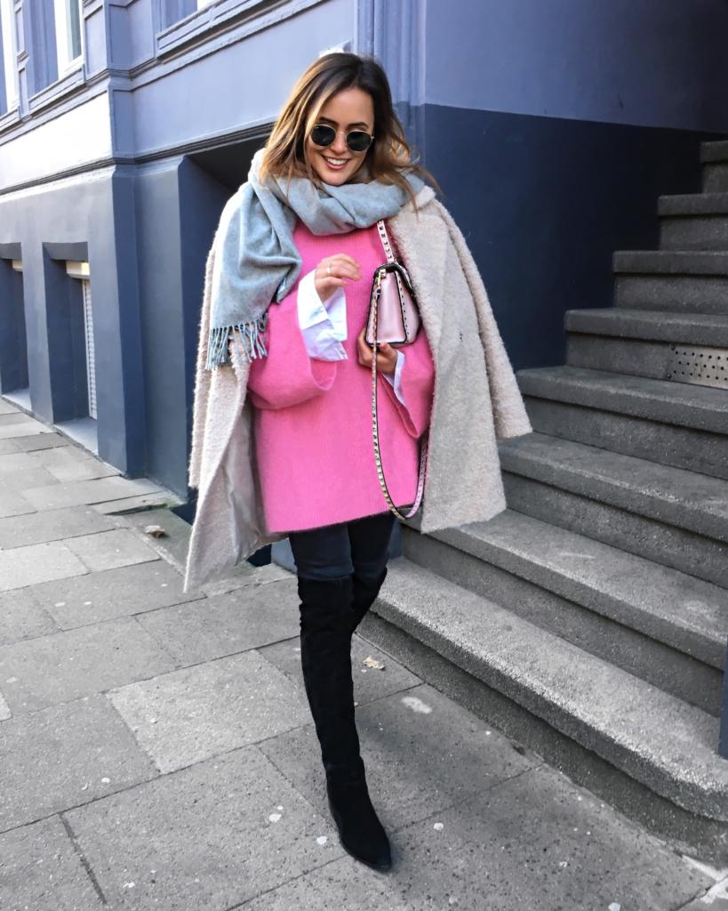 pinker Strickpullover, Hemd, Tasche, Jacke, Overknees, Sonnenbrille, Ring