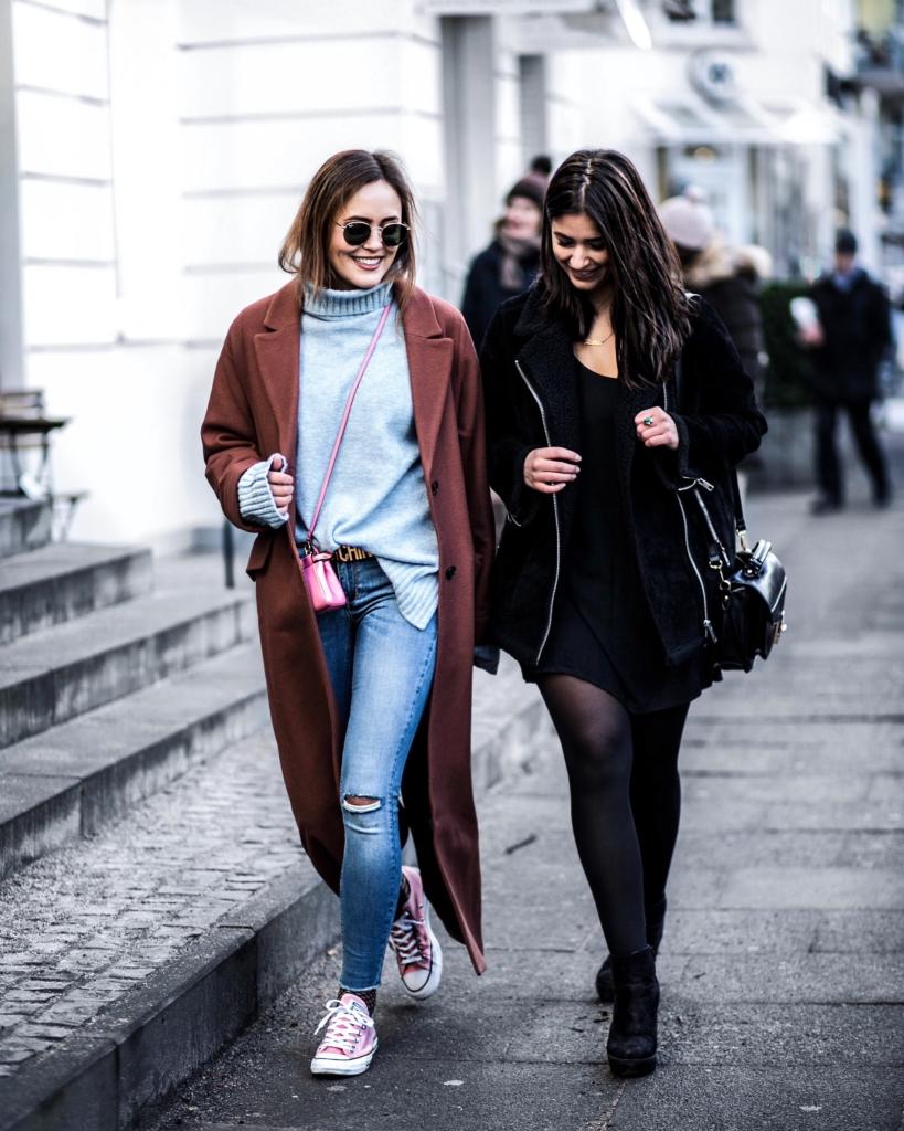 Streetstyle - brauner Mantel, Pullover, Jeans, pinke Converse, Sonnenbrille, Strumpfhose, Jacke, Tasche, schwarzes Kleid