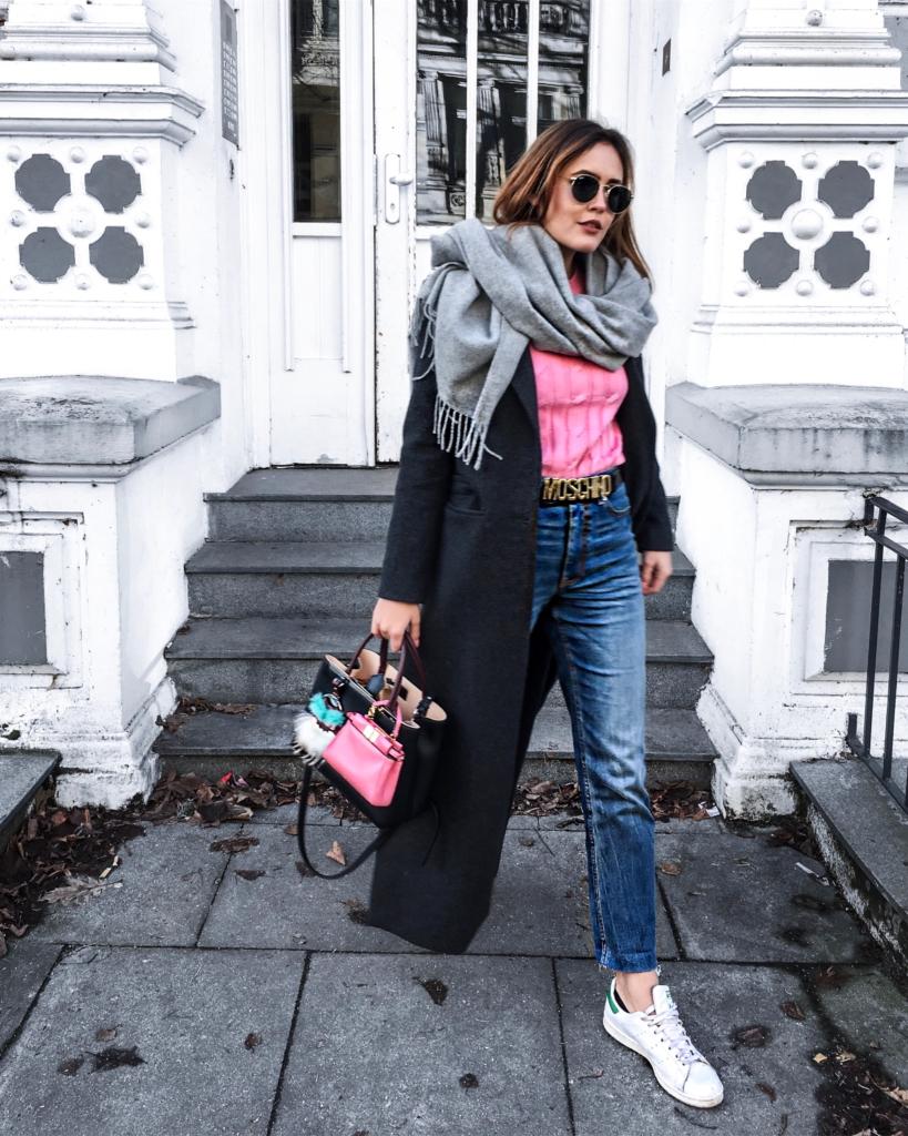 grauer Schal, Sonnenbrille, Jeans, Sneaker, Tasche