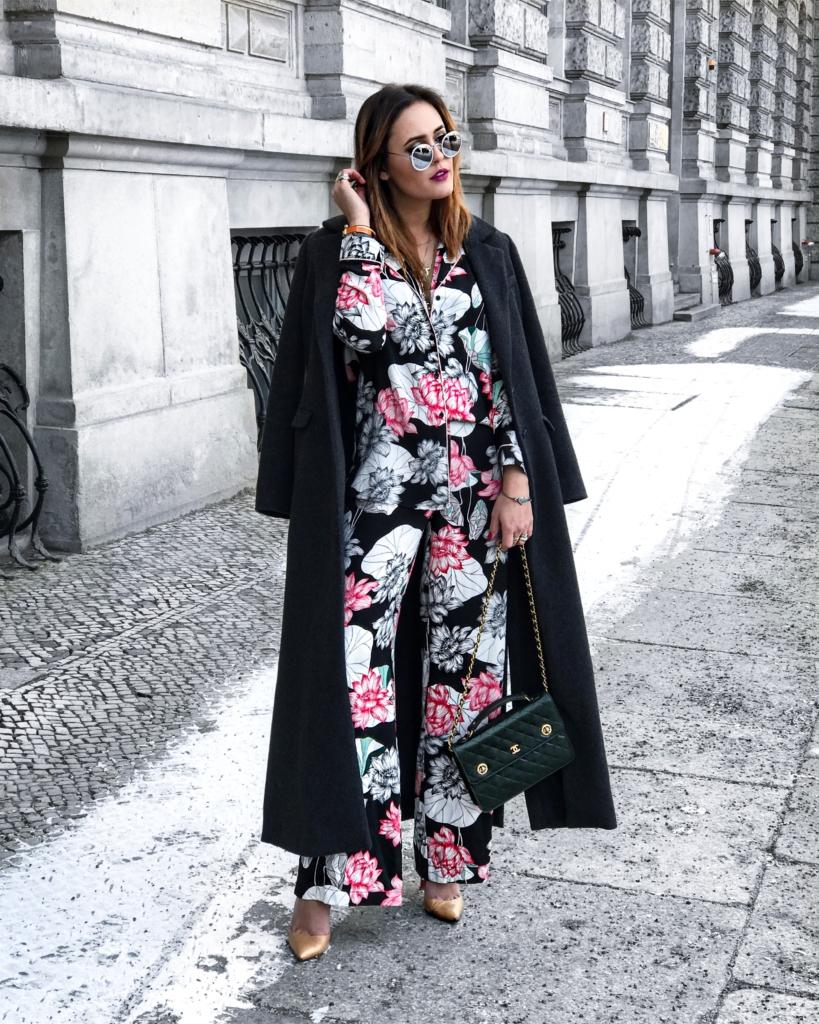 Bumenprint Outfit, langer Mantel, Pumps, grüne Tasche, Sonnenbrille
