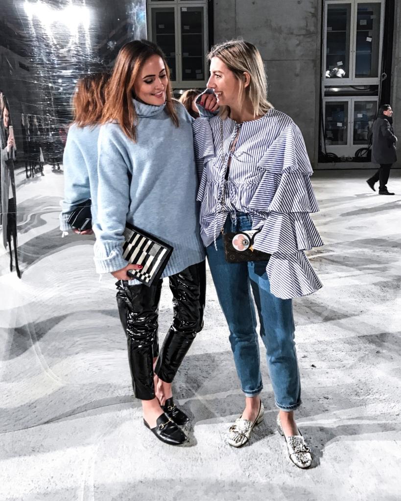 Bild mit Freundin, Blauer Pullover, Lederhose, Schuhe, Bluse, Jeans
