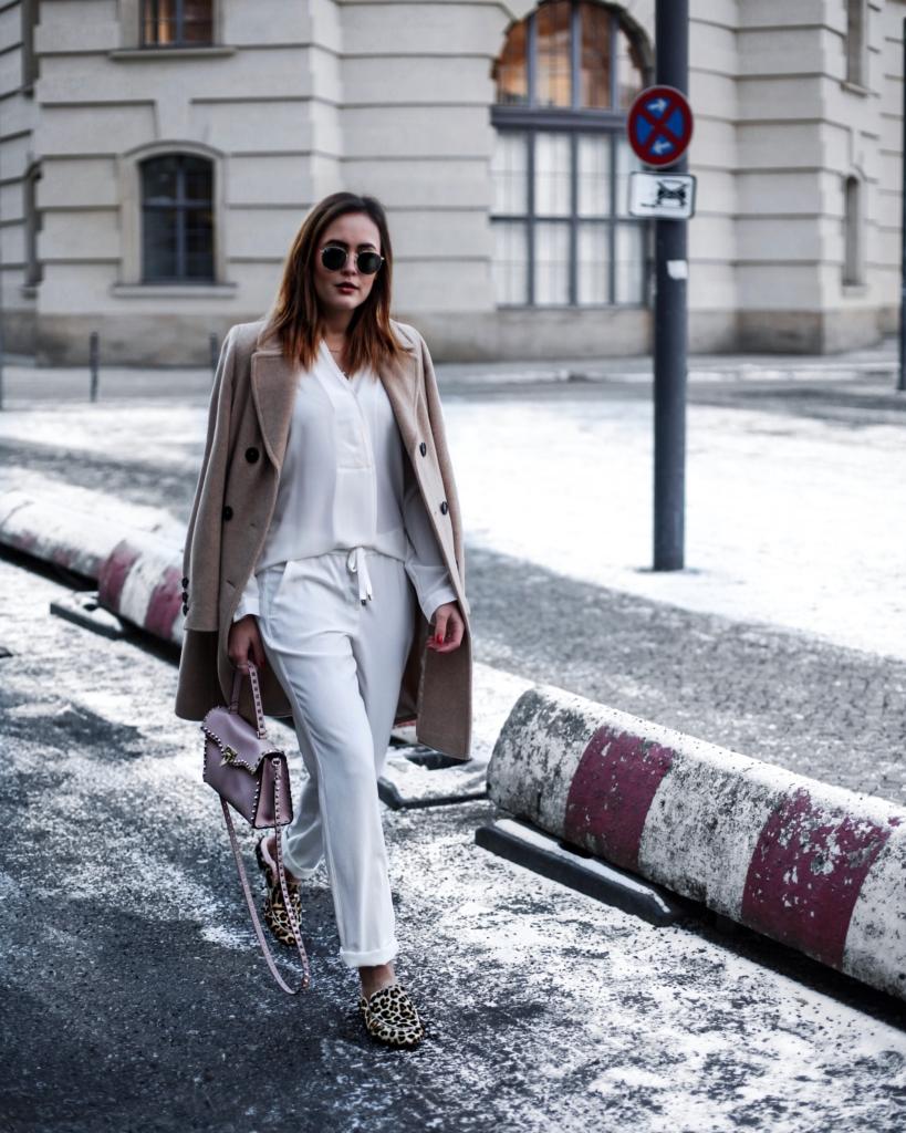 Weiße Hose + Bluse, beige Mantel, Tasche, Sonnenbrille