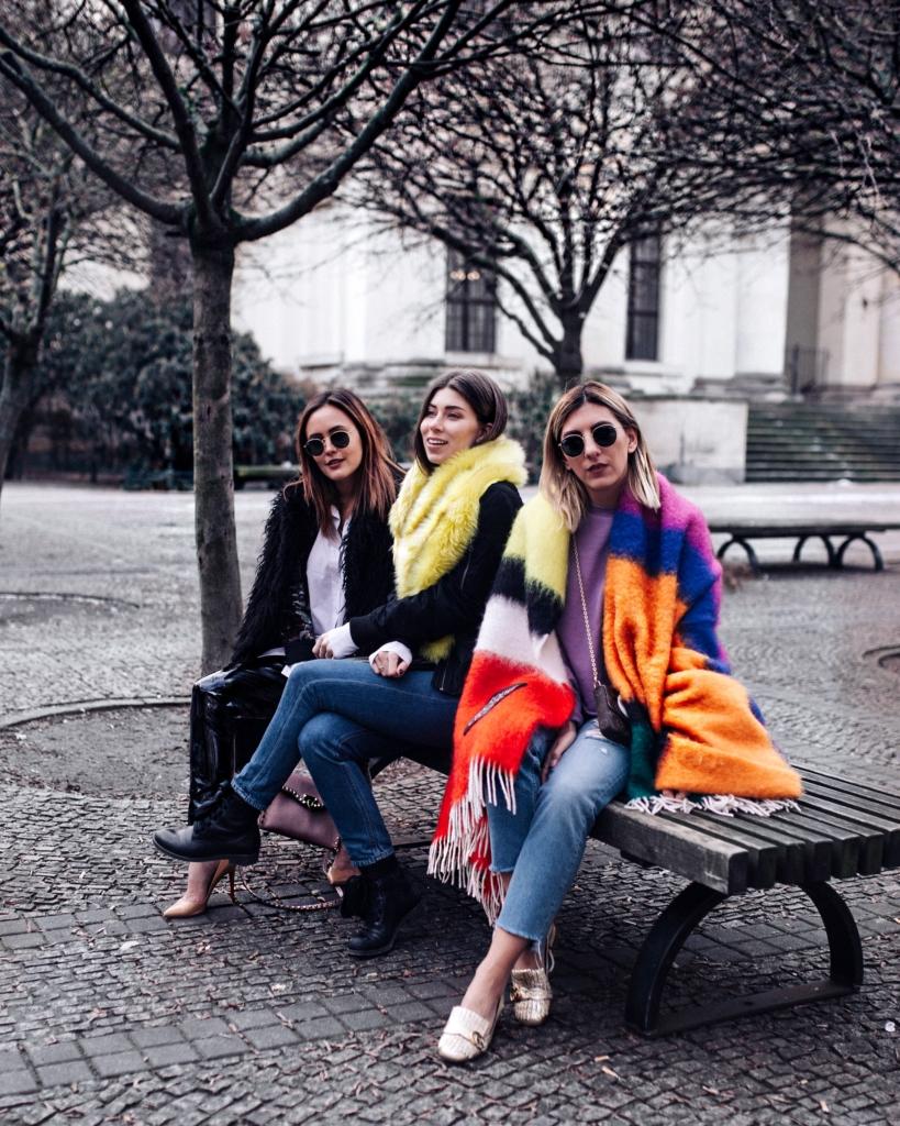 Freundinnen, Bunter  Schal, Pumps, Sonnenbrille