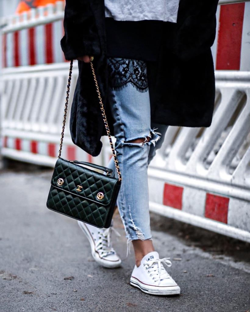 Detail - grüne Chanel Tasche, Jeans, Converse Chucks,