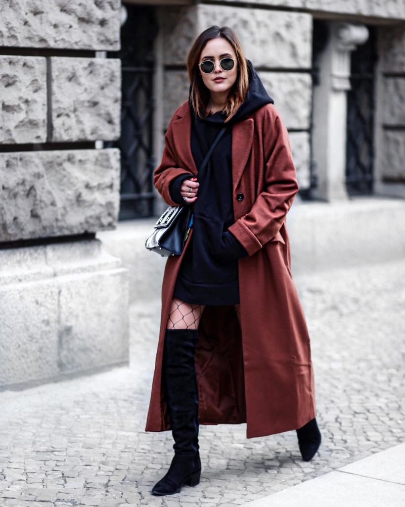 langer Mantel, Netzstrumpfhose, Tasche, Sonnenbrille, Stiefel