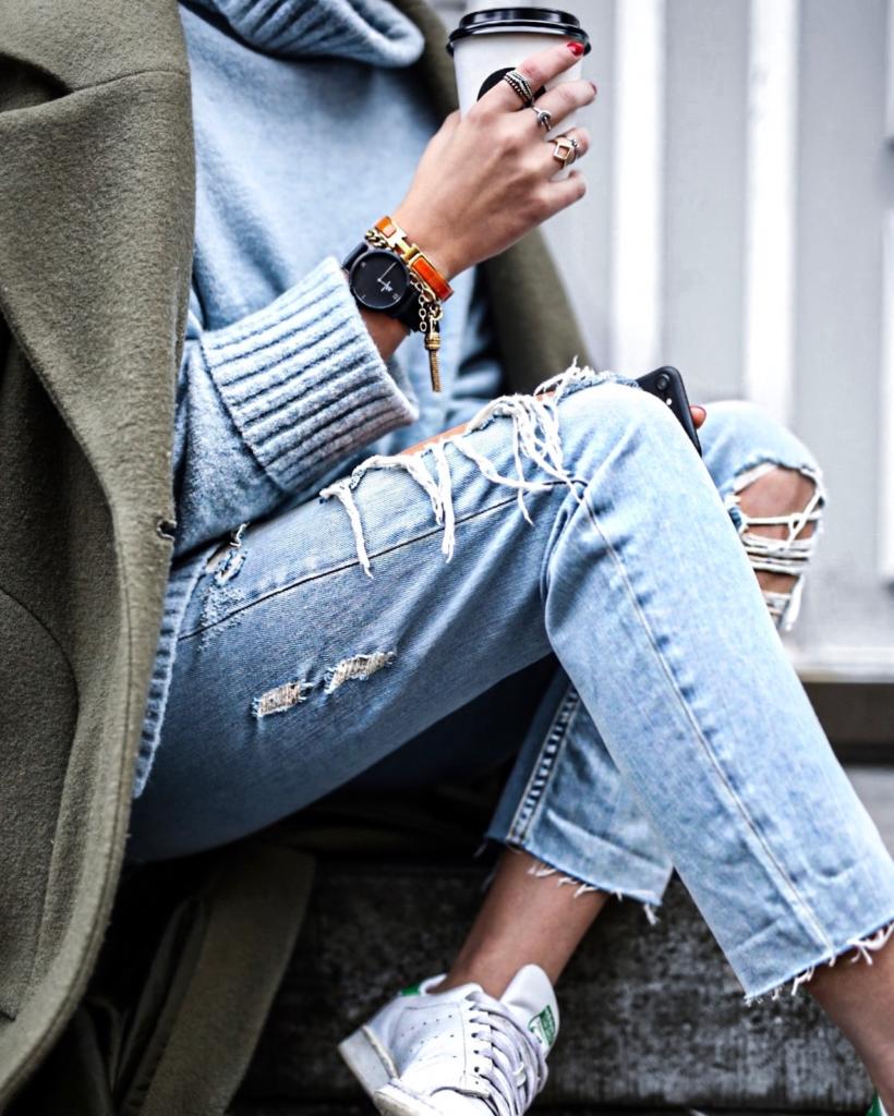 Detail - Destroyed Jeans, Pullover, Mantel, Uhr, Sneaker, Schmuck