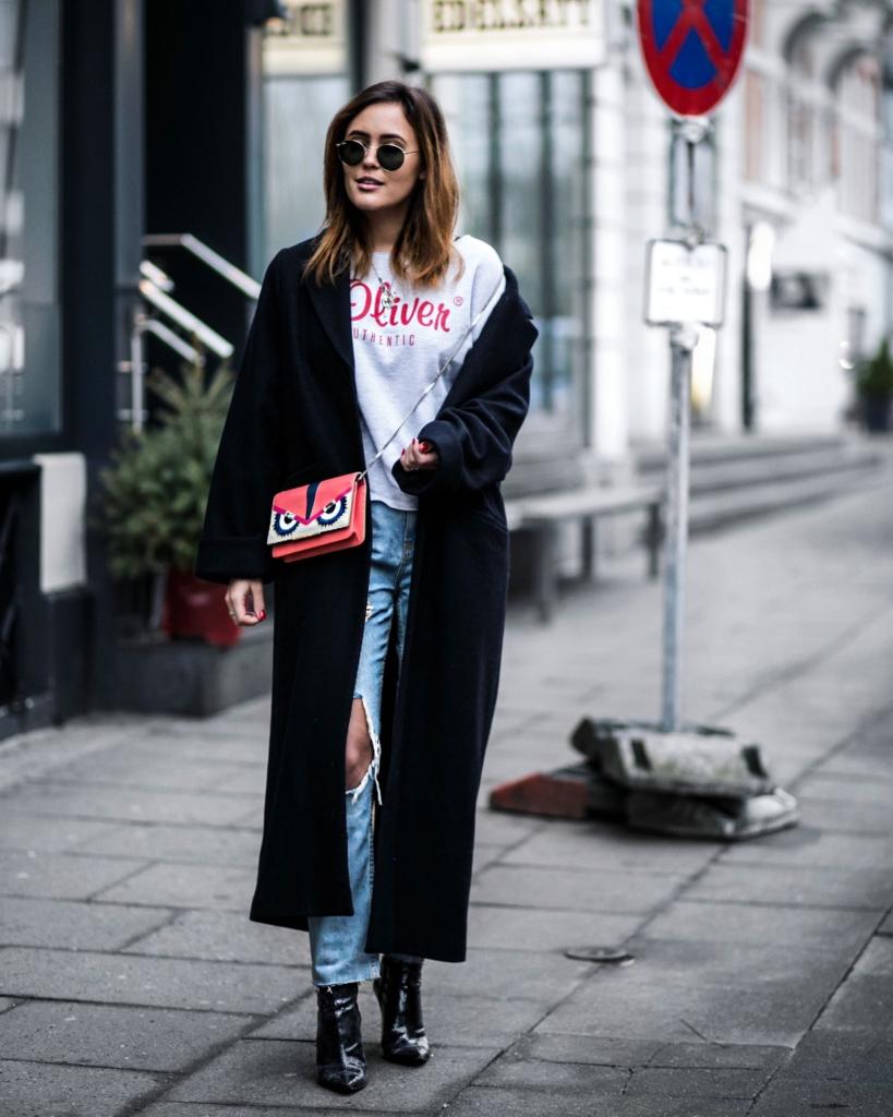 Sonnenbrille, Printshirt, langer Mantel, Tasche, Jeans, Stiefeletten