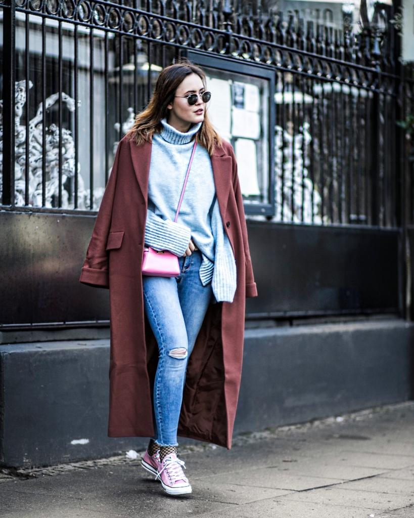 roter Mantel, Sonnenbrille, Jeans, Tasche, Converse, Netzstrümpfe