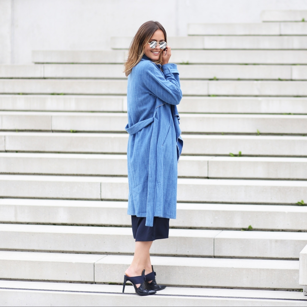 Herbst Look, Herbst Must Haves, Trenchcoat, Trench aus Denim, Denim Coat, Mules, Pantoletten in blau