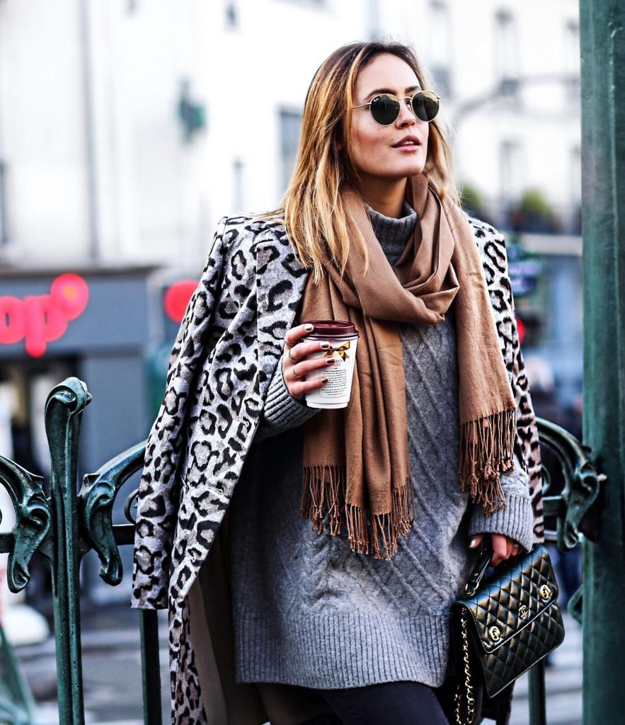 Print-Jacke, Sonnenbrille, Kaffee, Schal, Handtasche