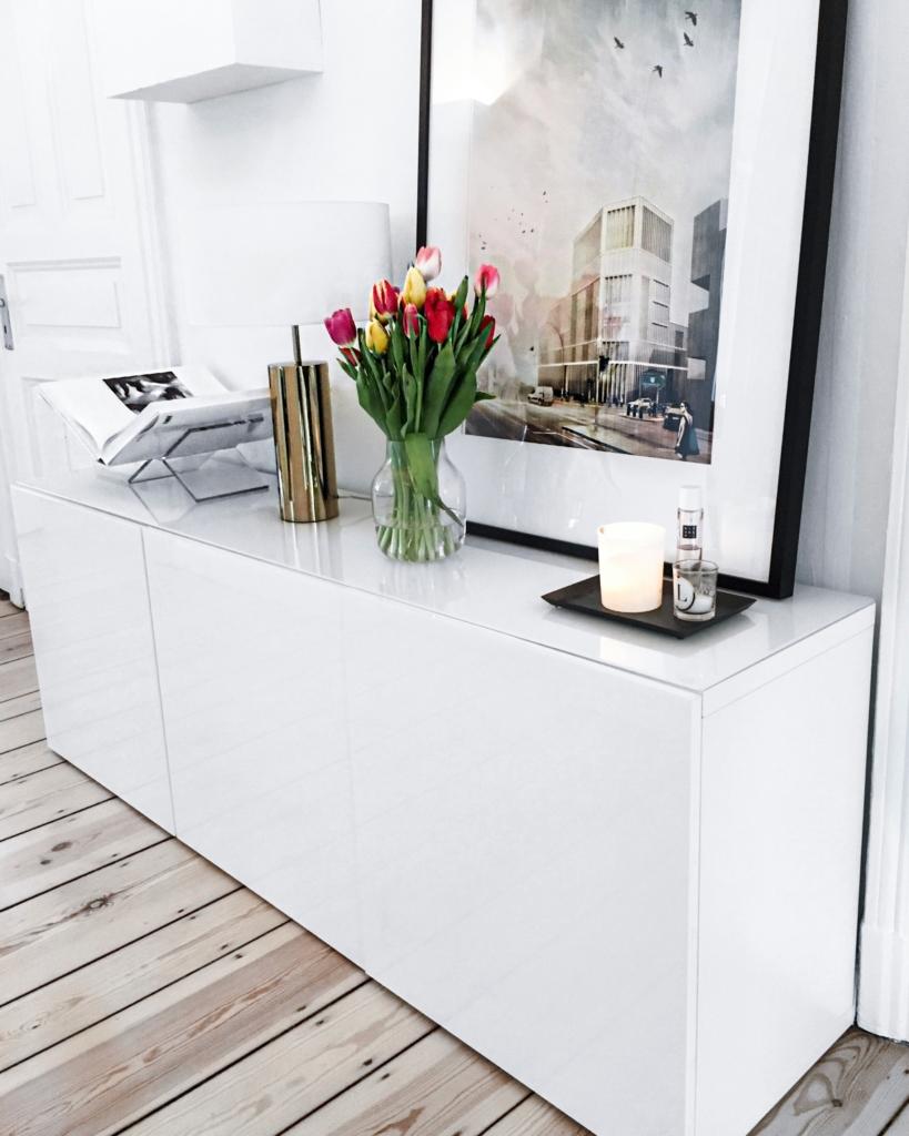 Dekoration - Tulpen, Kommode, Lampe, Buch, Gemälde, Kerzen