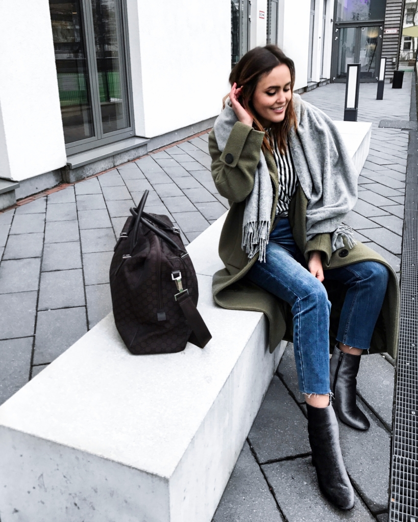 Shoppingbag, Jeans, Stiefeletten, Jacke, Schal, Streifenbluse