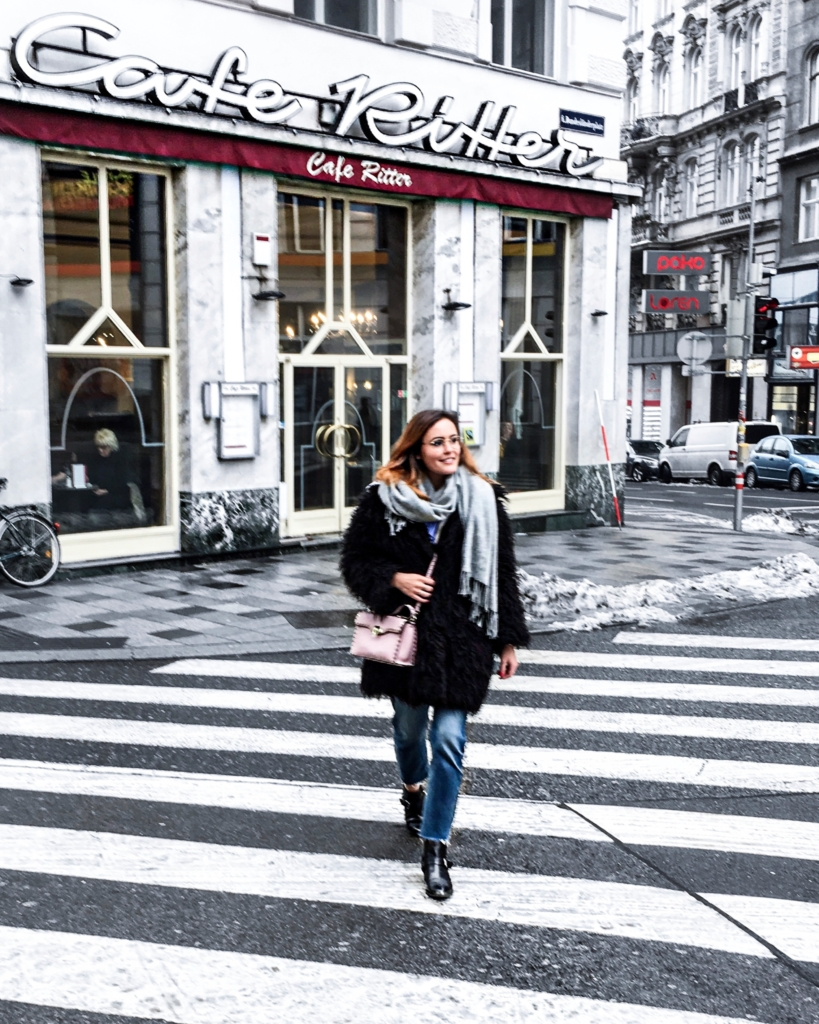 Mantel, rosa Tasche, Schal, Jeans, Boots