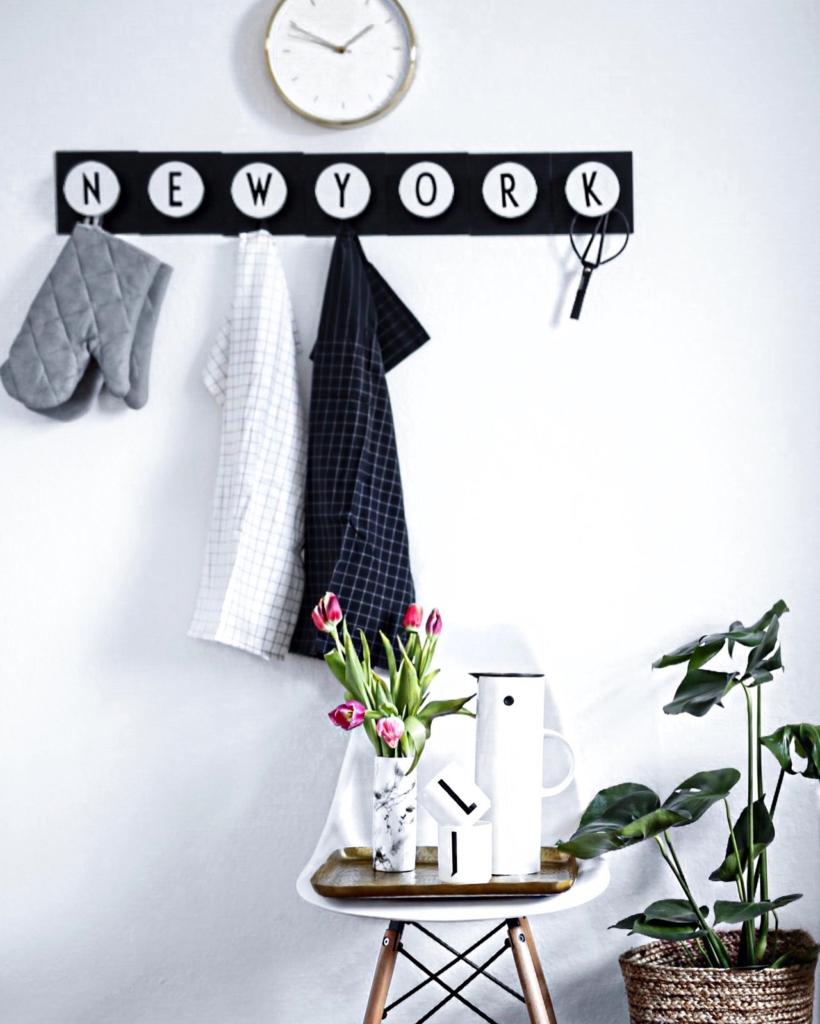 Dekoration - Uhr, Kleiderhaken, Tulpen, Kaffeekanne, Pflanze
