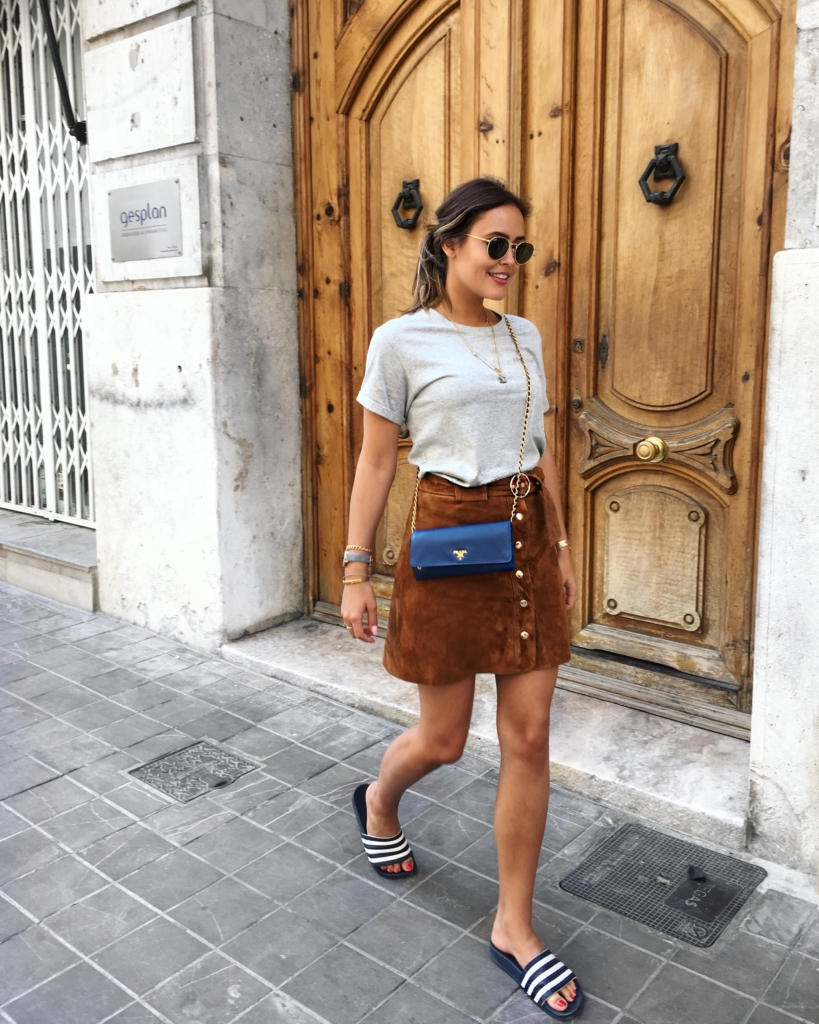 Streetstyle - T-Shirt, Tasche, Lederrock, Badelatschen