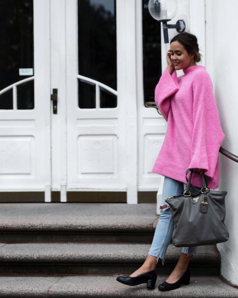weiter, purpel Pullover, Prada Tasche