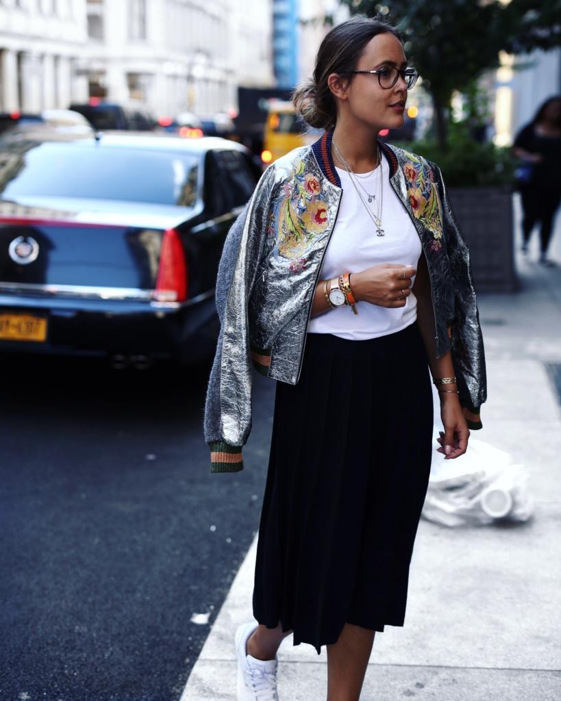 Silberne Jacke mit Blumenstickerei, Rock