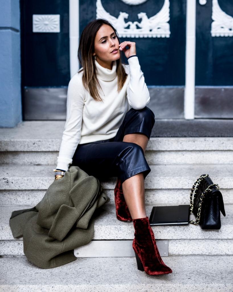 Business Look, Oliver Mantel, Weißer Pullover, Lederhose, Rote Samt-Schuhe