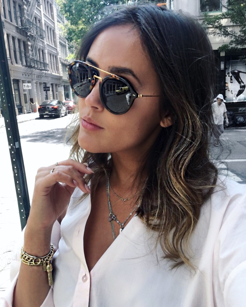 Sonnenbrille, Schmuck, weiße Bluse