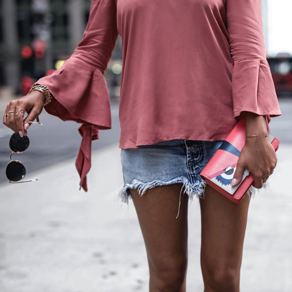 Handtasche, Jeans-Rock, Sonnenbrille, Pullover, Schmuck