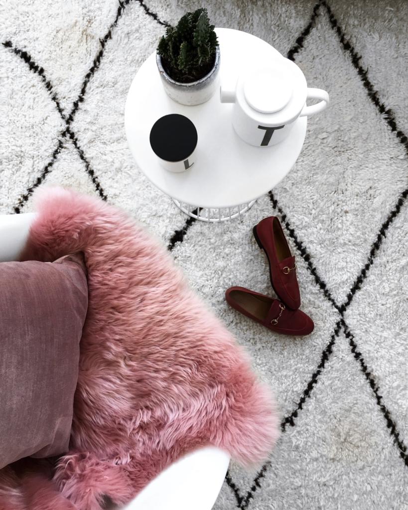 Dekoration - pinkes Fell, Beistelltisch, Pflanze, Schuhe, Tasse und Kanne