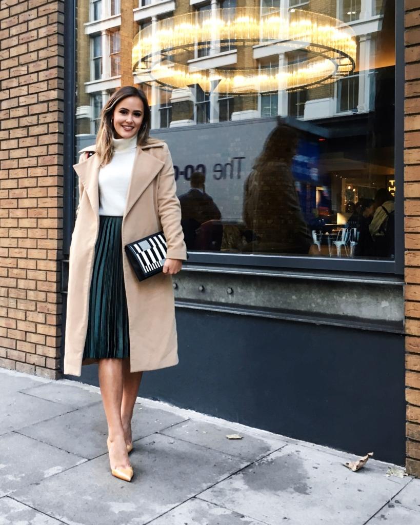 Faltenrock, Mantel und Strickpullover